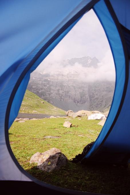 從帳篷看出去的Haramukh, 在一片雲霧裡