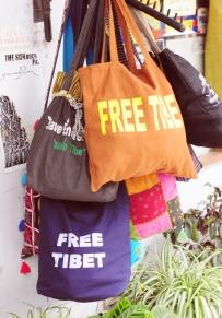 到處可見Free Tibet的標語