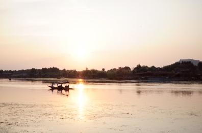 乘船遊湖欣賞達爾湖的黃昏