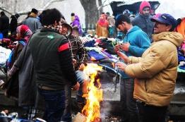 天氣冷,有人直接就地取材起了小火堆圍著取暖!
