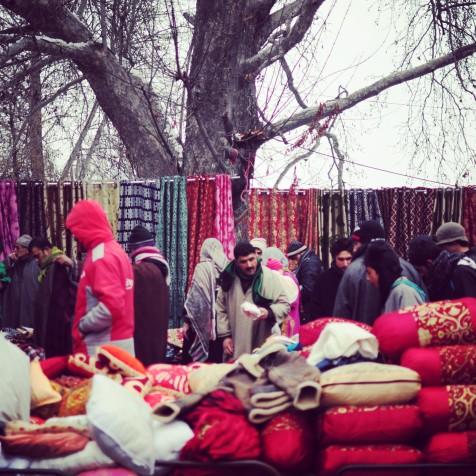 在週日市場,棉被枕頭被單什麼都賣
