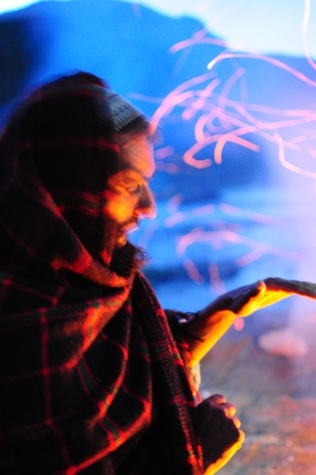 馬伕圍著營火取暖