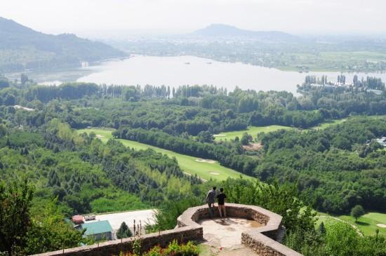 從觀景露臺可眺望遠方山頭著名的碉堡-Hari Parbat