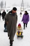 小孩玩人力雪橇車