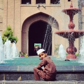 Jamia Masjid,噴泉邊