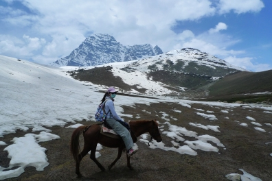 Hannah和我騎馬準備跨越Gangabal 啞口