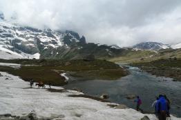積雪和融雪增加了行走的難度;河也因為融雪而拓寬不少,且急