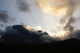Haramukh山在夕陽餘暉下發散金光
