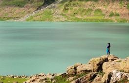 找個絕佳視野觀賞大湖的靜謐。2015年7月下旬