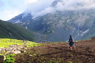 脫下厚重的登山鞋我們慢慢徒步回營區