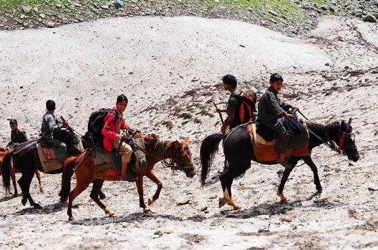 高山原住民小孩騎馬下山