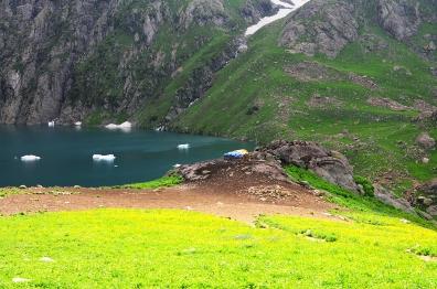 湖畔邊牧羊人的石屋