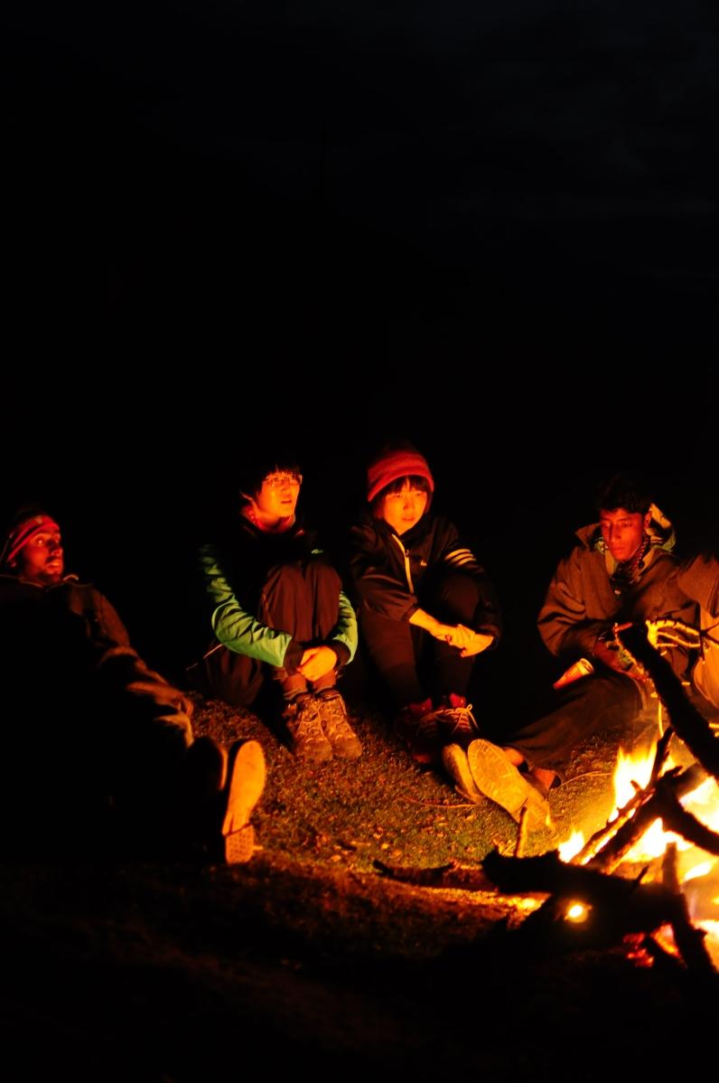 圍著營火取暖聊天。2015年9月下旬