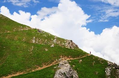 碎石坡陡下。2015年7月下旬