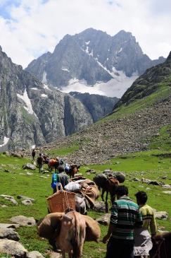 馬隊前進Vishansar湖。2015年8月上旬