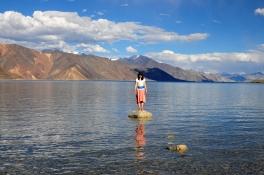 湖畔刻意放了幾顆大石頭供拍照