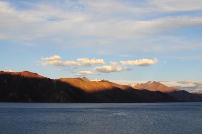 黃昏,金黃雲朵片片