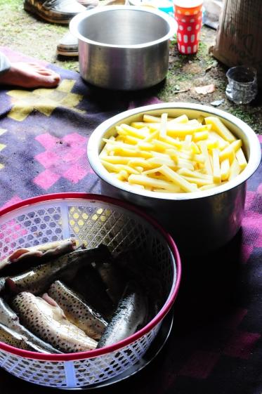 10幾顆的馬鈴薯切成根狀就要花上1個小時