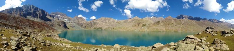Gangabal大湖呈月彎狀,全景拍攝也無法一窺全貌。2016年9月下旬