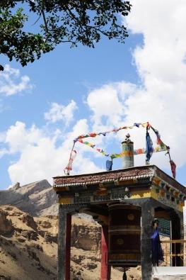 寺院旁的轉經輪