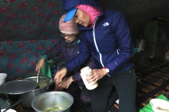 Aki和陳姊幫忙煮台式料理。2017年7月下旬