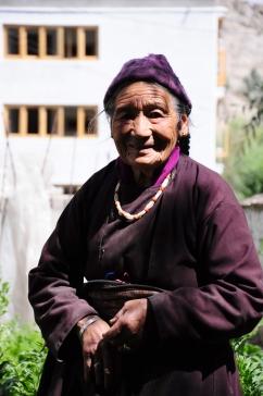 著傳統服飾的奶奶