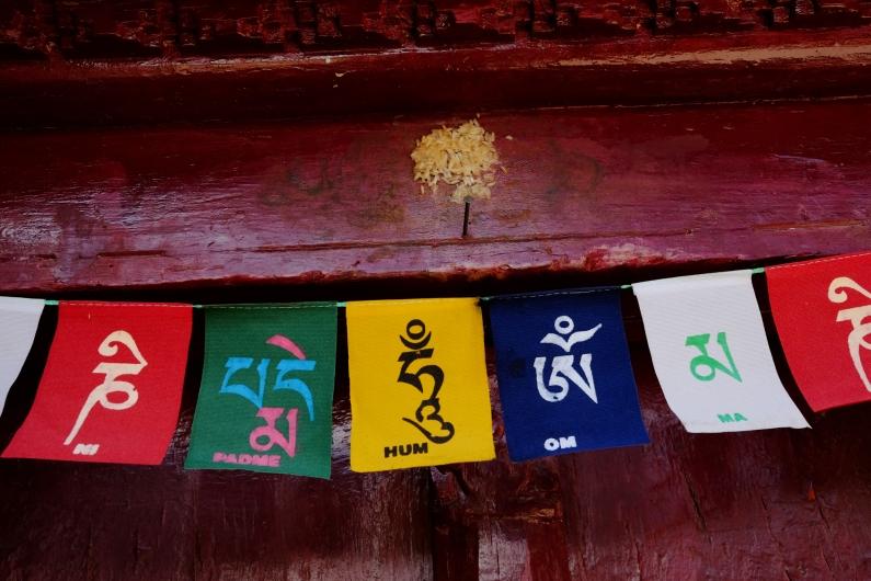 門上掛著藏文寫的Om mani padme hum。2017年10月上旬