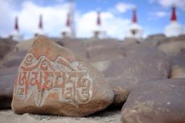 一顆顆石頭上刻著藏文Om mani padme hum